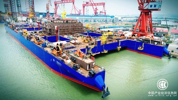 世界首艘自航式沉管运输安装一体船顺利出坞