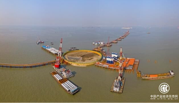 深中通道伶仃洋大桥完成首次钢吊箱下放